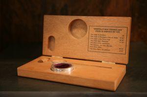 Teploměr a límec na láhev v dřevěném pouzdře